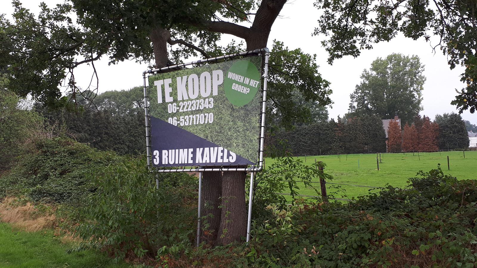 Bouwkavels te koop aan de Dennenboomstraat.