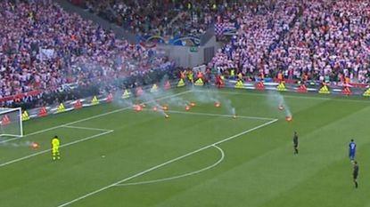 En wéér gaat het mis: Kroatische fans gooien met vuurpijlen en gaan onderling op de vuist