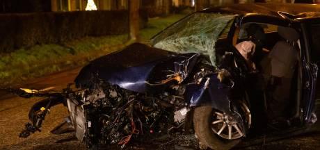 18-jarige zonder rijbewijs zwaargewond nadat hij met auto tegen boom rijdt