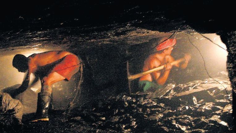 Colombianen werken vaak onder mensonterende omstandigheden in de kolenmijnen. Beeld reuters