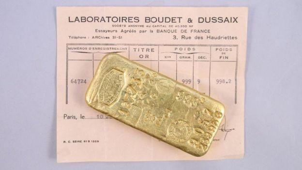 Een van de gevonden goudstaven met het aankoopbewijs