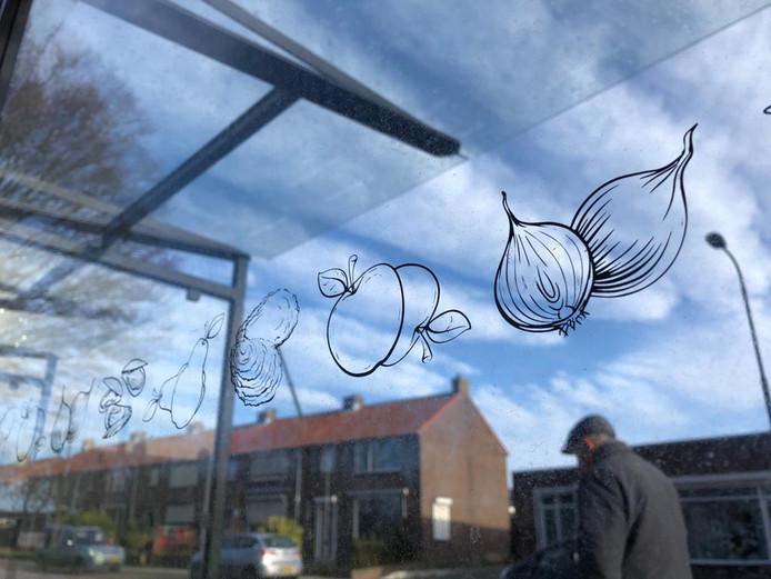 De nieuwe abri's in Reimerswaal zijn herkenbaar aan typische producten uit de streek.