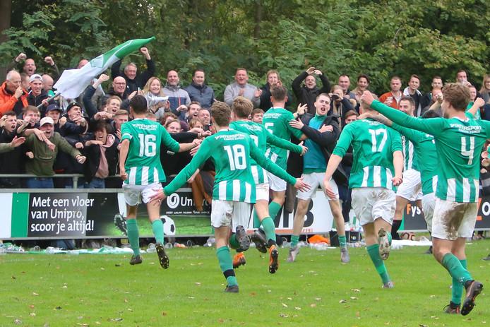 De spelers van SVVN vieren hun feestje met de supporters na de winnende treffer.