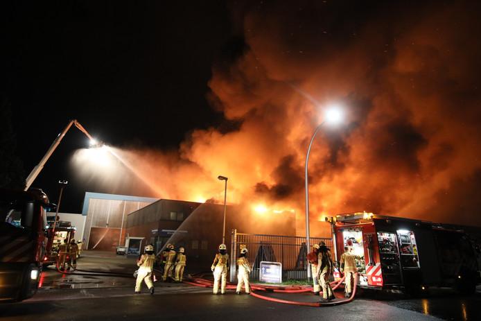 Bij de bestrijding van de brand in Meppel werden drie hoogwerkers ingezet. Foto: Wilbert Bijzitter