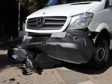 Bestelbus raakt scooter in Molenhoek: twee gewonden