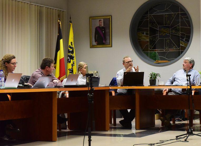 De Korpschef(tweede van rechts) kwam meer uitleg geven tijdens de gemeenteraad