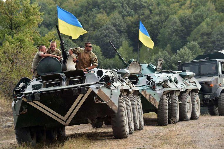 Oekraïense militairen bij hun tanks in de buurt van Ghytomyr in Oekraïne. Beeld AFP