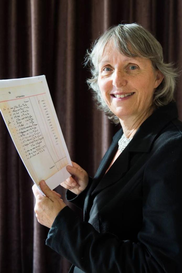Ada Peele, historica te Hooge Zwaluwe, met een pagina uit het kasboek liniecrossers. Foto René Schotanus/Pix4Profs