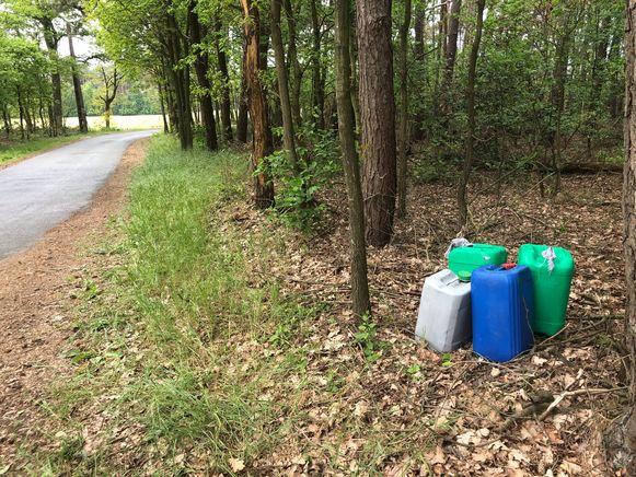 De vaten staan 'netjes' langs de weg.