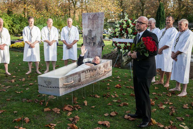 In november werd burgemeester Termont nog ludiek ten grave gedragen voor een scène van de film die op 28 januari vertoond wordt.