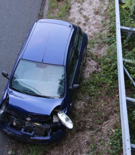Auto op A12 draait om as en komt tegen vangrail tot stilstand