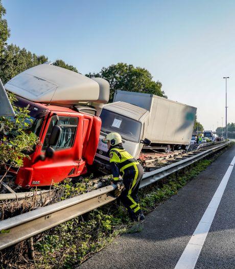 Truck door de vangrail op de A27, snelweg dicht richting Utrecht