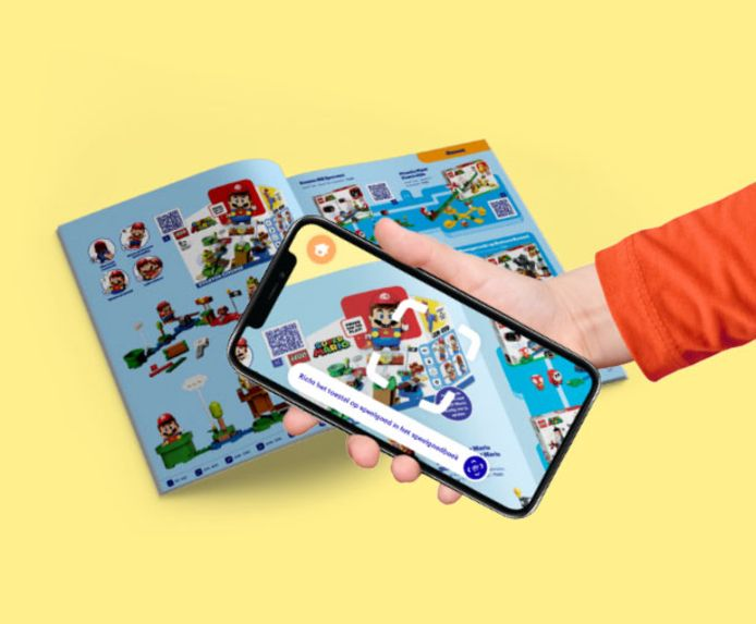 Bij het speelgoedboek van Bol.com hoort dit jaar ook een app die kan worden gedownload. Als je met de app op het speelgoed in het boek scant, komt het tot leven in de vorm van filmpjes, foto's en extra informatie.