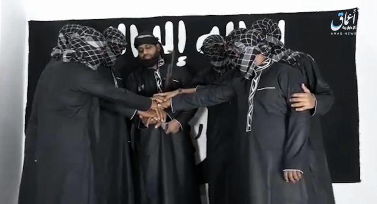 De Sri Lankaanse terroristen leggen de handen op mekaar en zweren trouw aan de leider van IS.