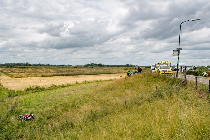 Motorrijder komt hard ten val op de Lekdijk in Schalkwijk.