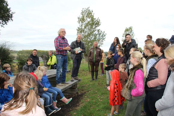 Marc de Bel stelt 'De boom die niet was gepland' voor aan de Wereldboom in Horebeke.