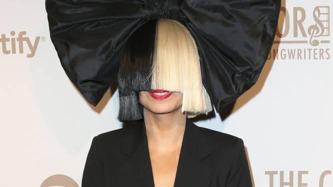 """Sia reageert heftig op kritiek op debuutfilm 'Music': """"Kijk verdomme eerst naar de film voor je commentaar geeft"""""""