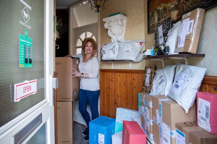 """Wendy van Wakeren vangt pakketjes op van buurtgenoten die niet thuis zijn.  ,,Dit werk geeft me het gevoel dat ik er weer toe doe."""""""