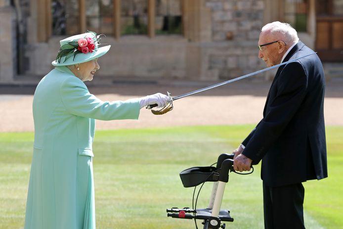 Koningin Elizabeth II riddert veteraan Captain Tom Moore.