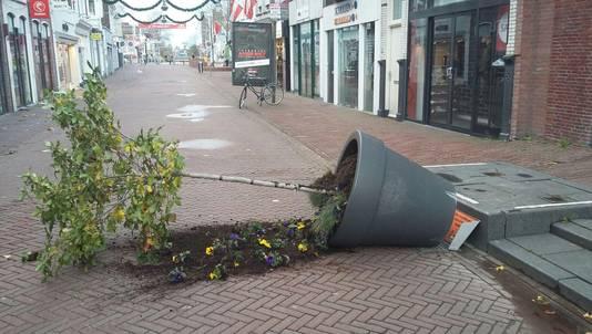 Vandalen trekken regelmatig de grote plantenpotten op de Kleiwegstraat om.