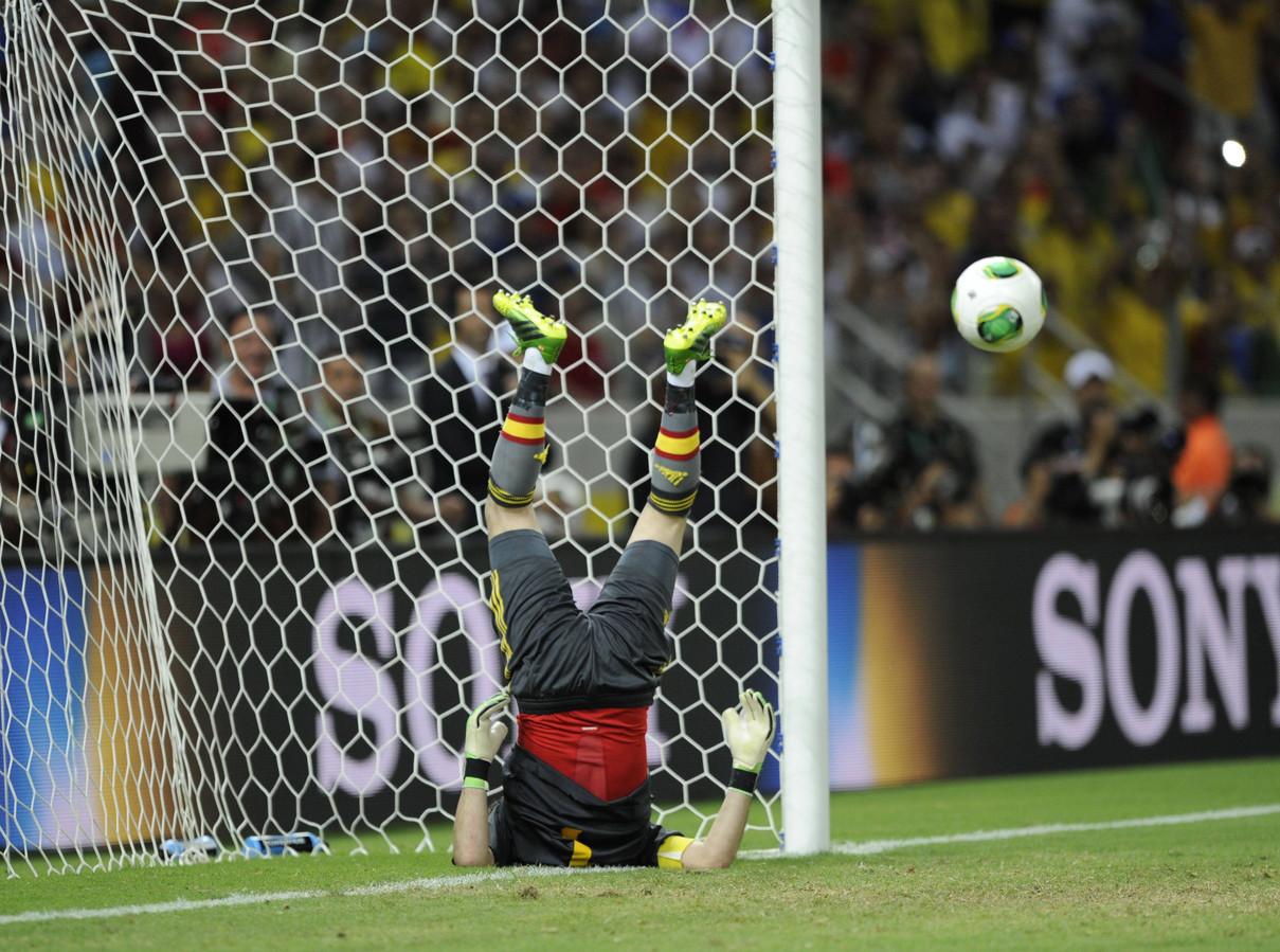 Iker Casillas probeert eenItaliaanse penalty te stoppen tijdens de Confederations Cup in Fortaleza, Brazilië in 2013.