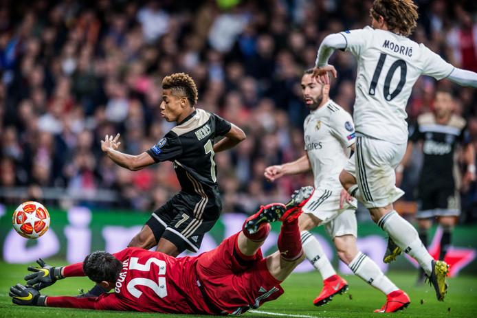 David Neres scoort voor Ajax tegen Real Madrid. Ajax won in Madrid met 1-4 en plaatste zich daardoor voor het eerst sinds 2003 voor de kwartfinale van de Champions League.