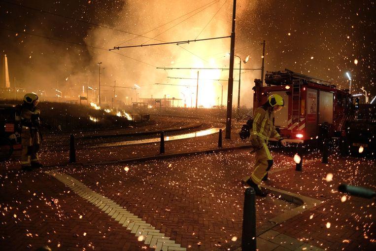 De brandweer is de hele nacht bezig geweest met het vuur en de vonkenregen die ervan afkwam. Beeld Nederlandse Freelancers