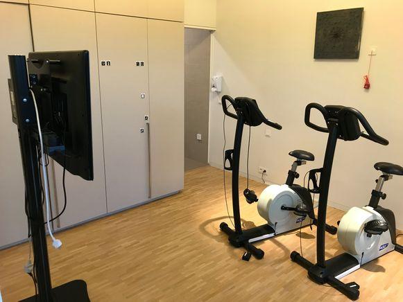Een actieve tijdsbesteding is heel belangrijk in het KYMA-huis. Zo kunnen ze er op een hometrainer virtueel door enkele Kempense gemeenten rijden.