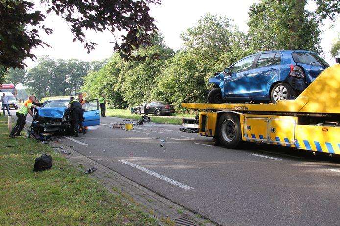 De auto's raakten zwaar beschadigd en moesten worden afgesleept.