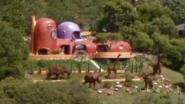 """""""Doorn in het oog"""": rechtszaak tegen megadino's in achtertuin Flintstone-huis in Californië"""