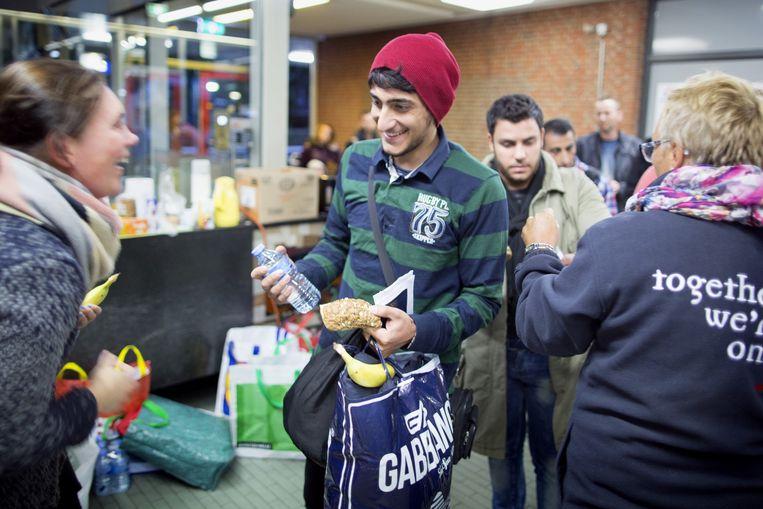 Op het station van Emmen krijgt iedereen eten, drinken en warme kleren. Beeld Herman Engbers