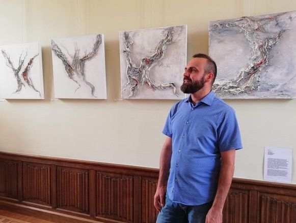 Ben Nys bij zijn werken tijdens een vorige expo 'In a Box'.