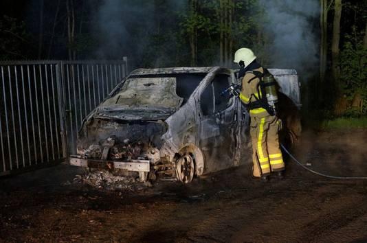 De vermoedelijke vluchtauto werd uitgebrand teruggevonden aan De Gaarde in Doetinchem.