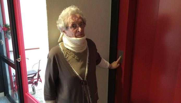 Mevrouw Dost bij de kapotte lift van de Eisenhowerflat in Kanaleneiland