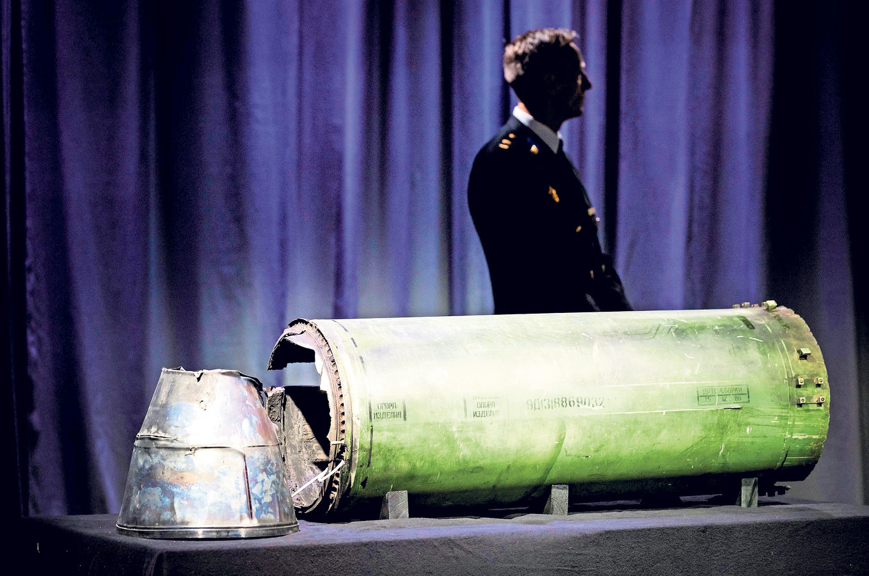 Een onderdeel van de BUK raket die MH17 neerhaalde, gepresenteerd tijdens een persbijeenkomst.