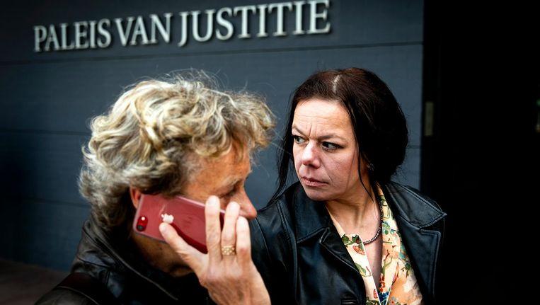 Advocaat Benedicte Ficq en aangeefster en longkankerpatient Annemarie van Veen bij het gerechtshof in Den Haag om hun klaagschrift in de strijd tegen de tabaksindustrie te overhandigen. Beeld anp
