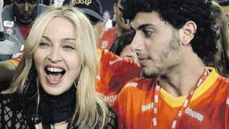 Madonna en haar Braziliaanse minnaar Jesus Luz in februari dit jaar in Rio. (Trouw) Beeld