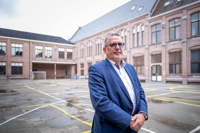 Algemeen directeur Ivo Marnef voor het gebouw waar Sjabi 100 jaar geleden werd opgericht.