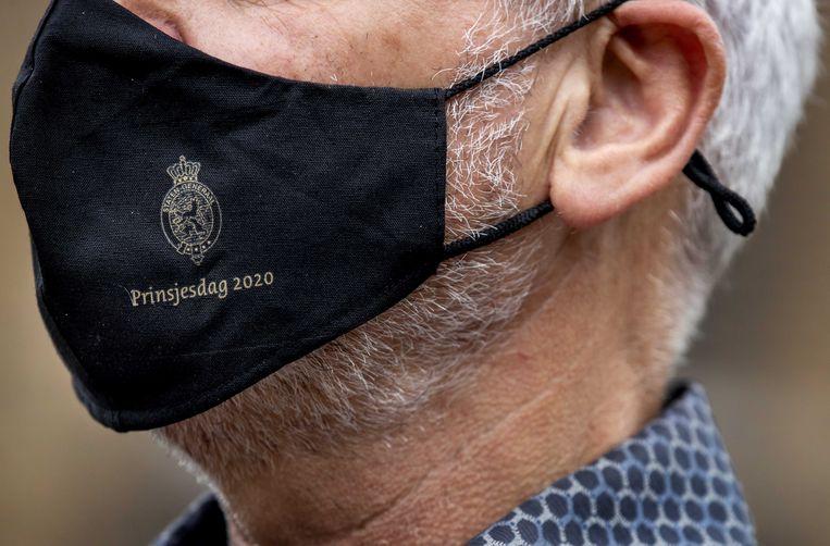 Speciaal voor Prinsjesdag 2020 is er een mondkapje gemaakt. De festiviteiten zijn dit jaar vanwege corona flink versoberd. Beeld ANP/Koen van Weel