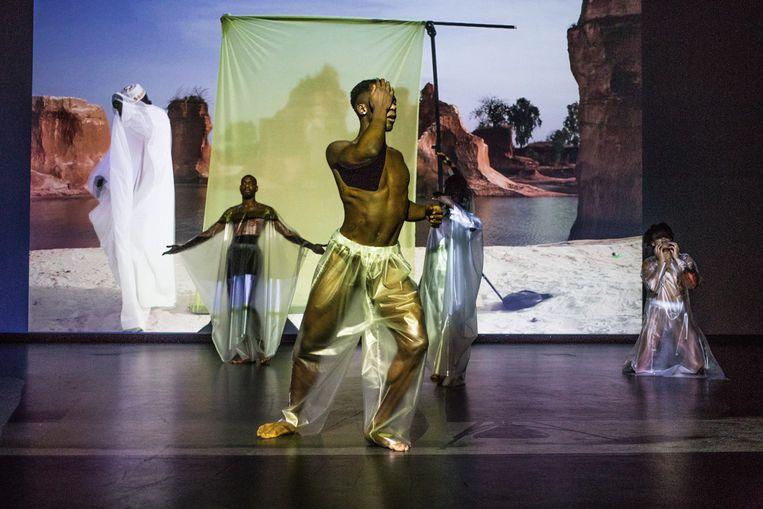Performance van Bodil Ouédraogo in het Stedelijk Museum. Beeld Anne Lakeman