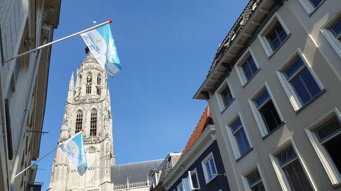 Honderden speciale Singelloop-vlaggen hangen sinds deze week in de binnenstad van Breda.