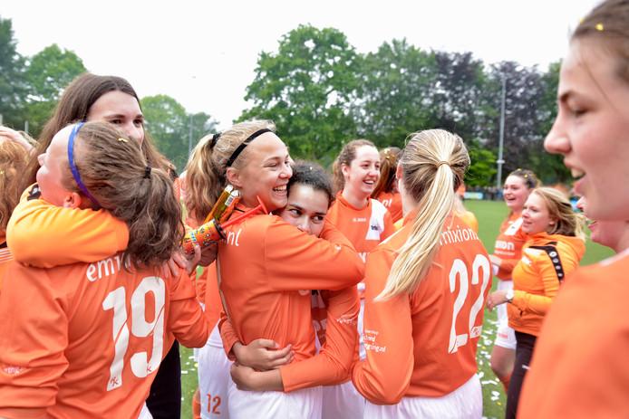 De voetbalsters van Orion vieren het kampioenschap in de tweede klasse H.