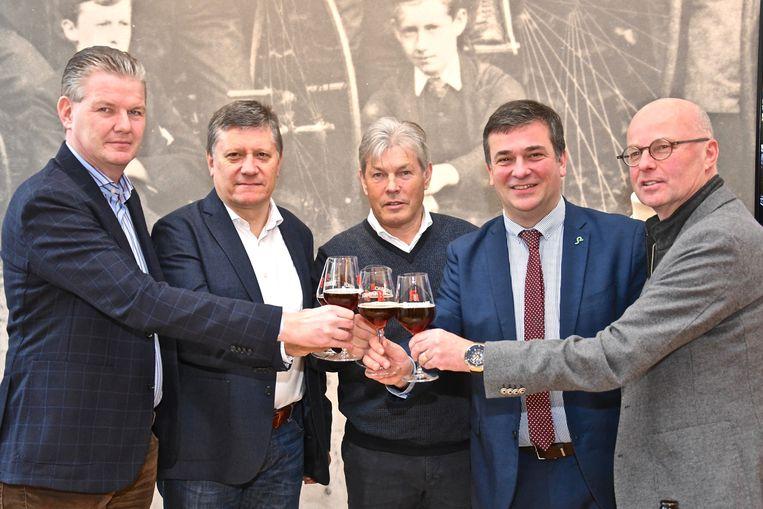 Burgemeester Kris Declercq, sportschepen José Debels en Carlo Lambrecht en zijn collega's van Waregem Vooruit heffen het glas op de samenwerking.