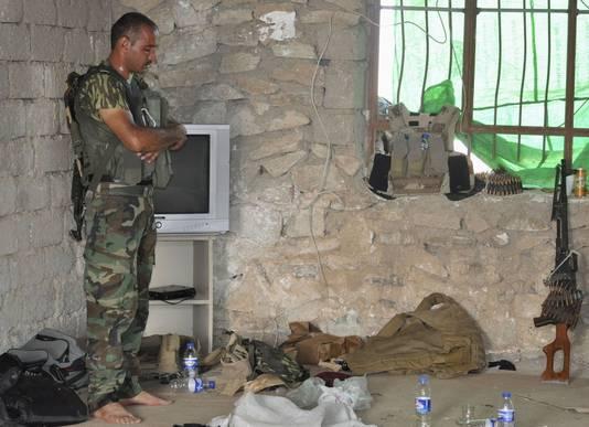 Een Koerdische soldaat bidt tijdens zijn missie rondom Sinjar.