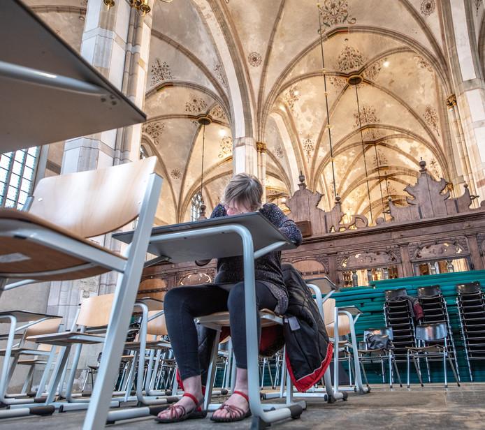Ingeborg Fenijn is de eerste die op zaterdag een stukje Bijbel overschrijft.