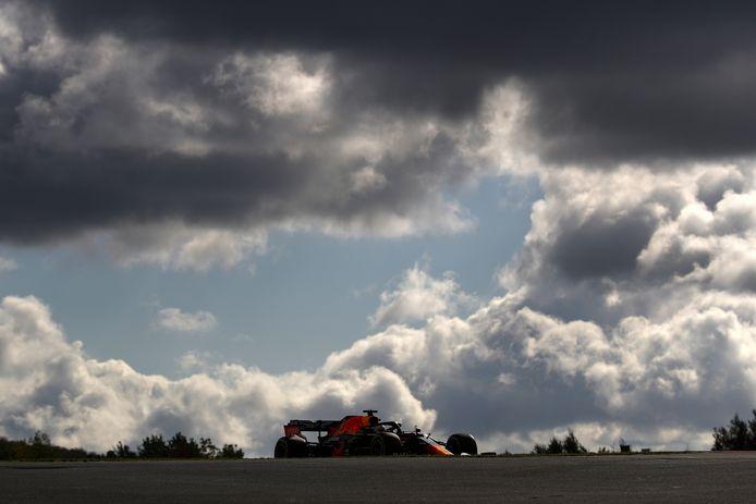 Max Verstappen onder donkere wolken  in actie op de Nürnburgring.