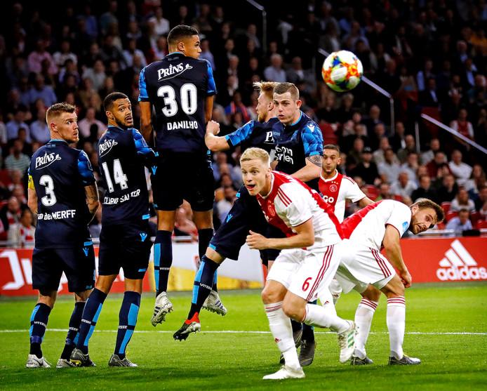 Hakim Ziyech (achtergrond) schiet een vrije trap op het doel van Vitesse. De Amsterdamse club is de eerste tegenstander in de nieuwe competitie van de Arnhemse club.