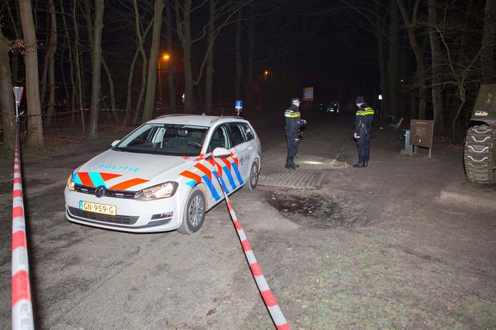 De politie had het terrein van de steekpartij afgezet met linten.