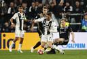 Frenkie de Jong in duel met Ronaldo tijdens de return van de achtste finale van de Champions League.