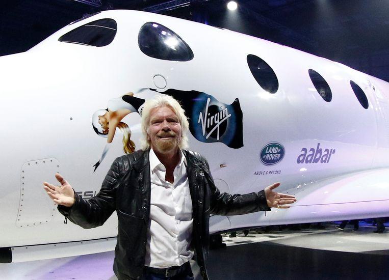 Richard Branson met een Spaceship Two op de achtergrond.